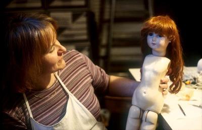 Restauratrice de poupées anciennes
